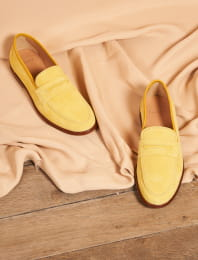 La femme Insolente  in yellow suede leather